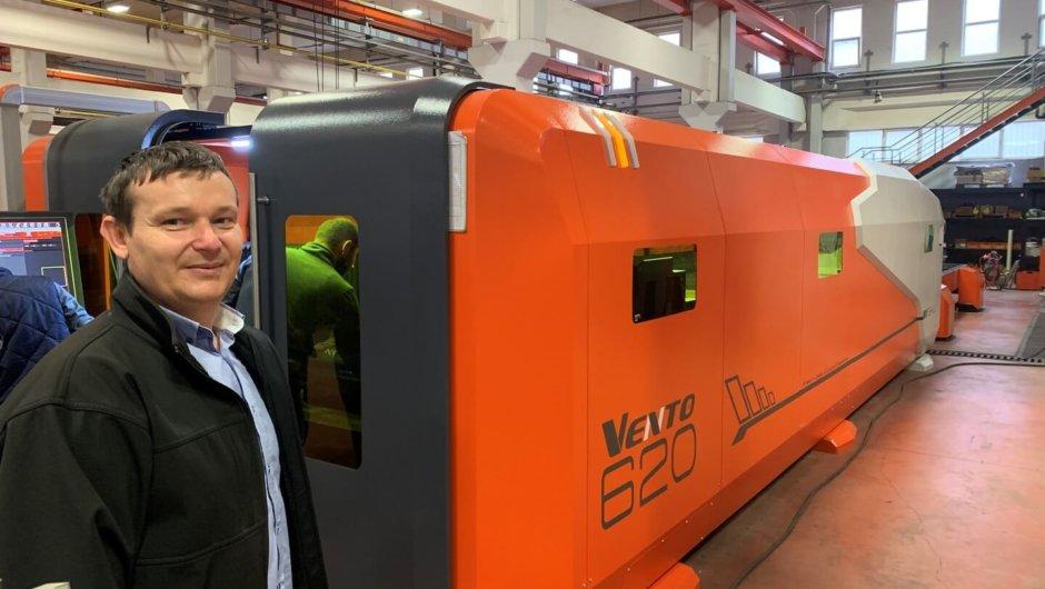 В производството на НУКОН -клиенти на инспекция на новата си фибер лазерна машина